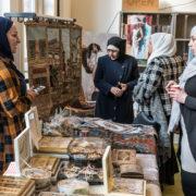 Syrische vrouwen presenteren een mooi land